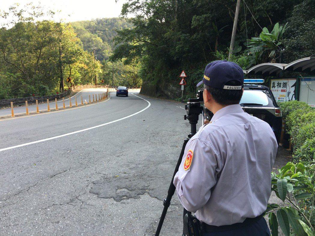 新店警方加強北宜公路危險彎道報法,取締超速。 新店警分局/提供