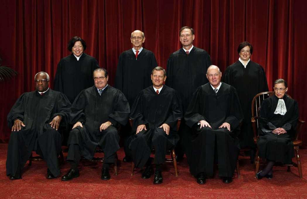 2010年美國聯邦最高法院大法官在法院內「東會議室」合照,後排右一是最菜大法官伊...