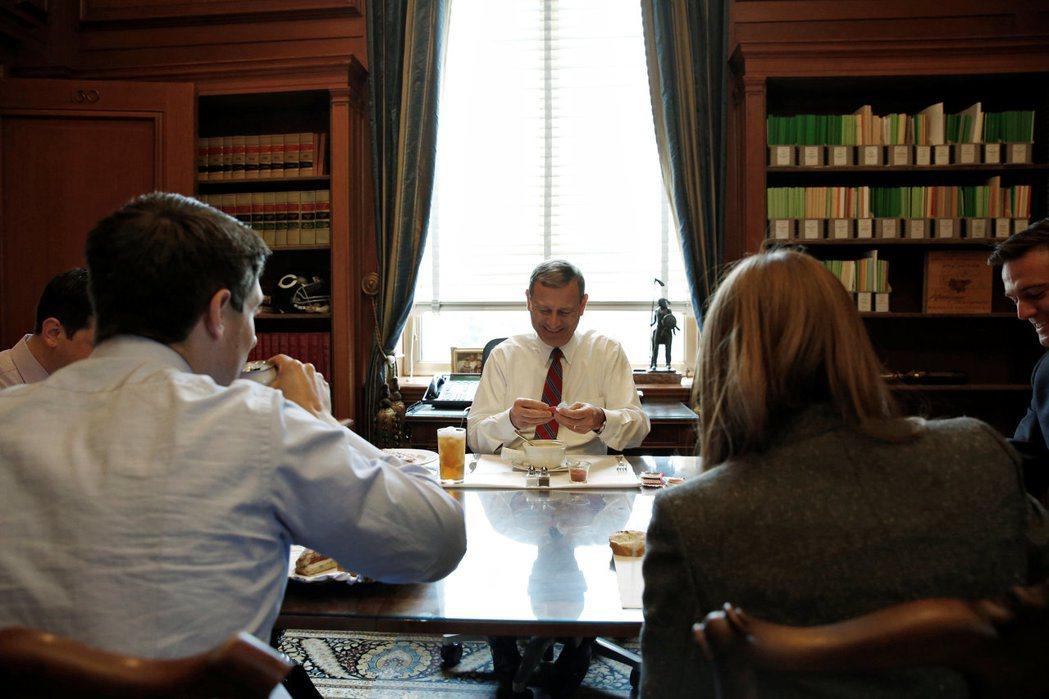 聯邦最高法院首席大法官羅勃茲(中)在法院內個人研究室與職員共進午餐,他正在喝湯。...