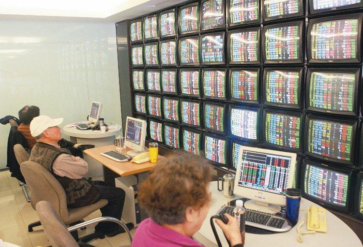 投資人在券商看盤室觀看台股走勢。報系資料照