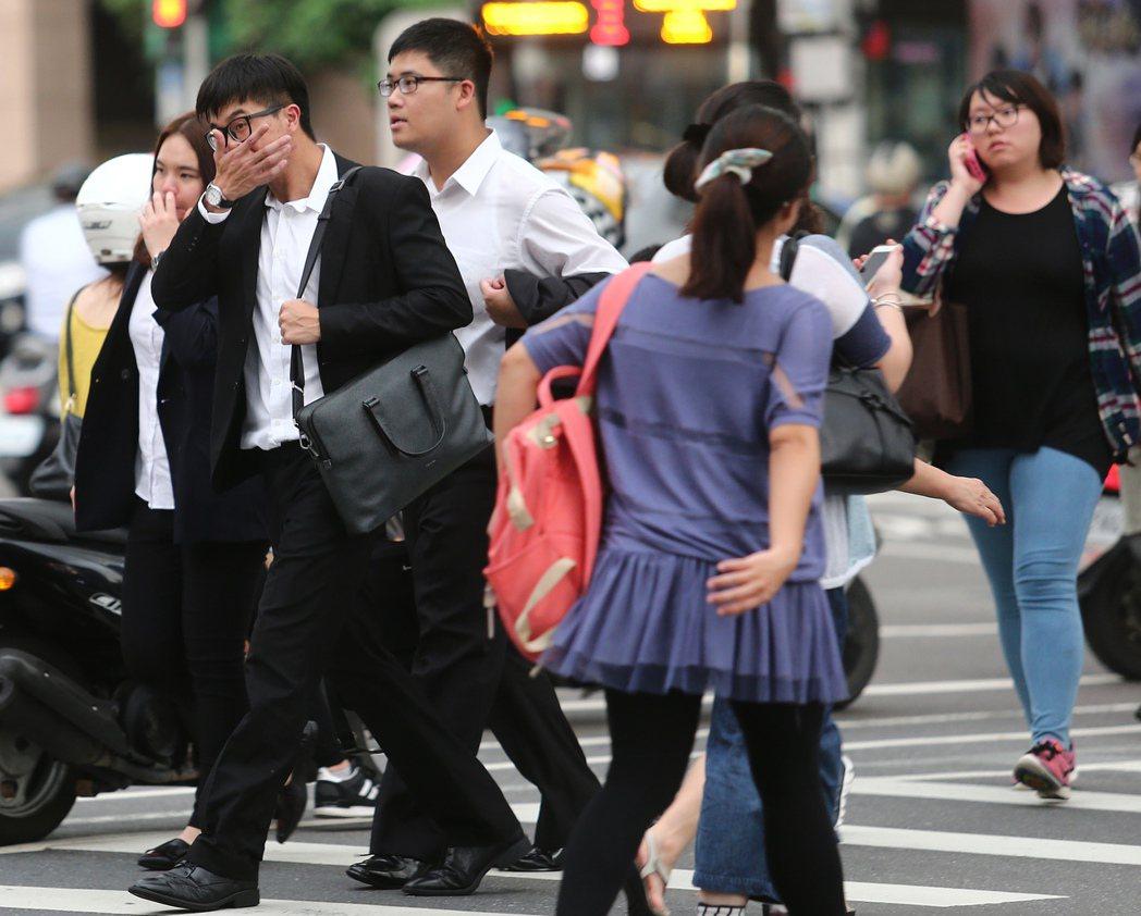 台灣年輕人淪貧窮世代,低薪問題非常嚴重,卻一直找不到解決的辦法。 報系資料照