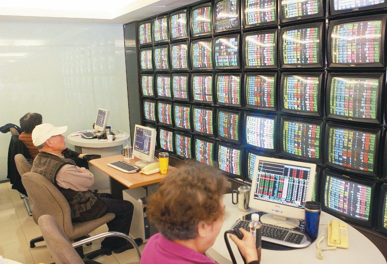 投資人在券商看盤室觀看台股走勢。 聯合報系資料照