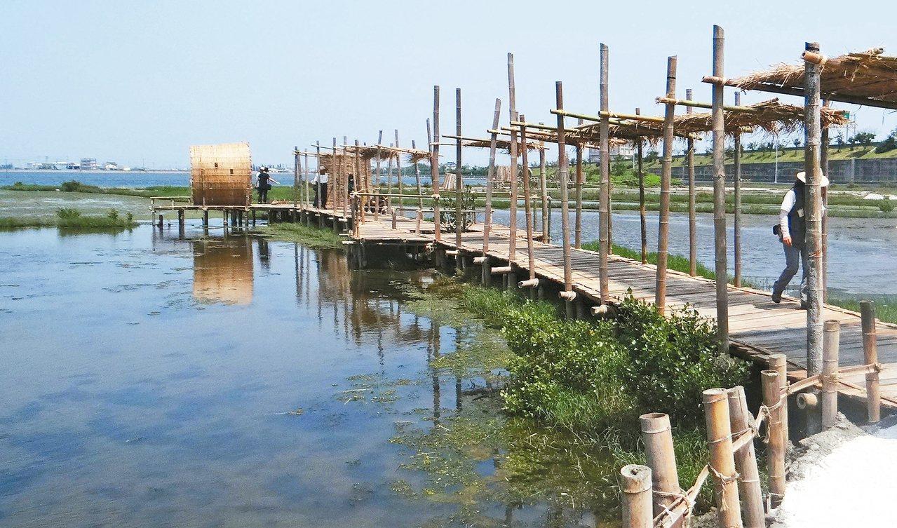 成龍村民合力修復被颱風吹損的藝術作品,讓成龍濕地找回原來的美。 記者蔡維斌/攝影