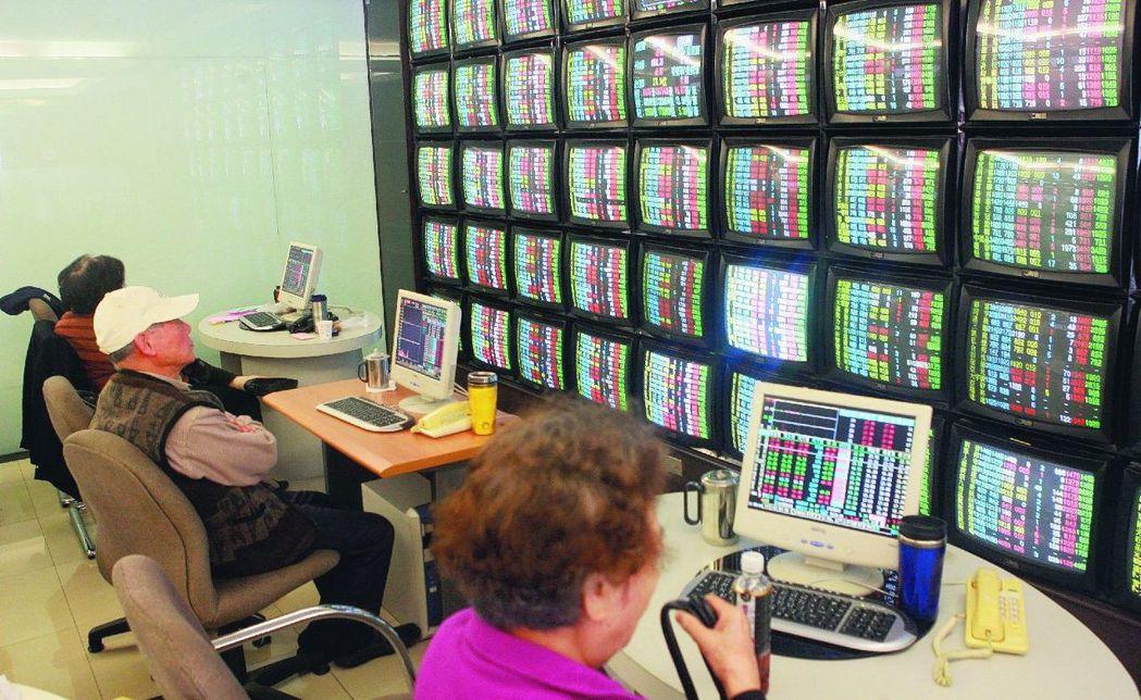 投資人看盤,可以看熱鬧,也可以看門道。 報系資料照