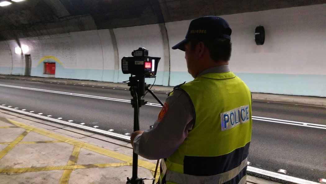 國九隊今天開始以人工測速取締龜速車。記者戴永華/攝影