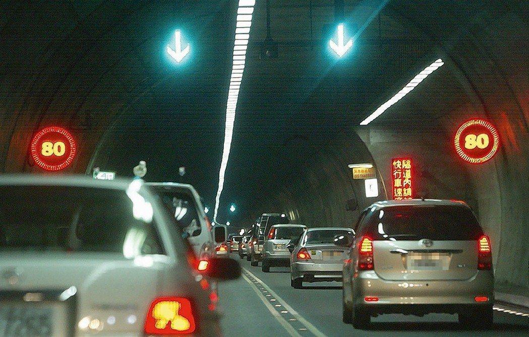是否開放雪隧變換車道,各方看法不一。 報系資料照
