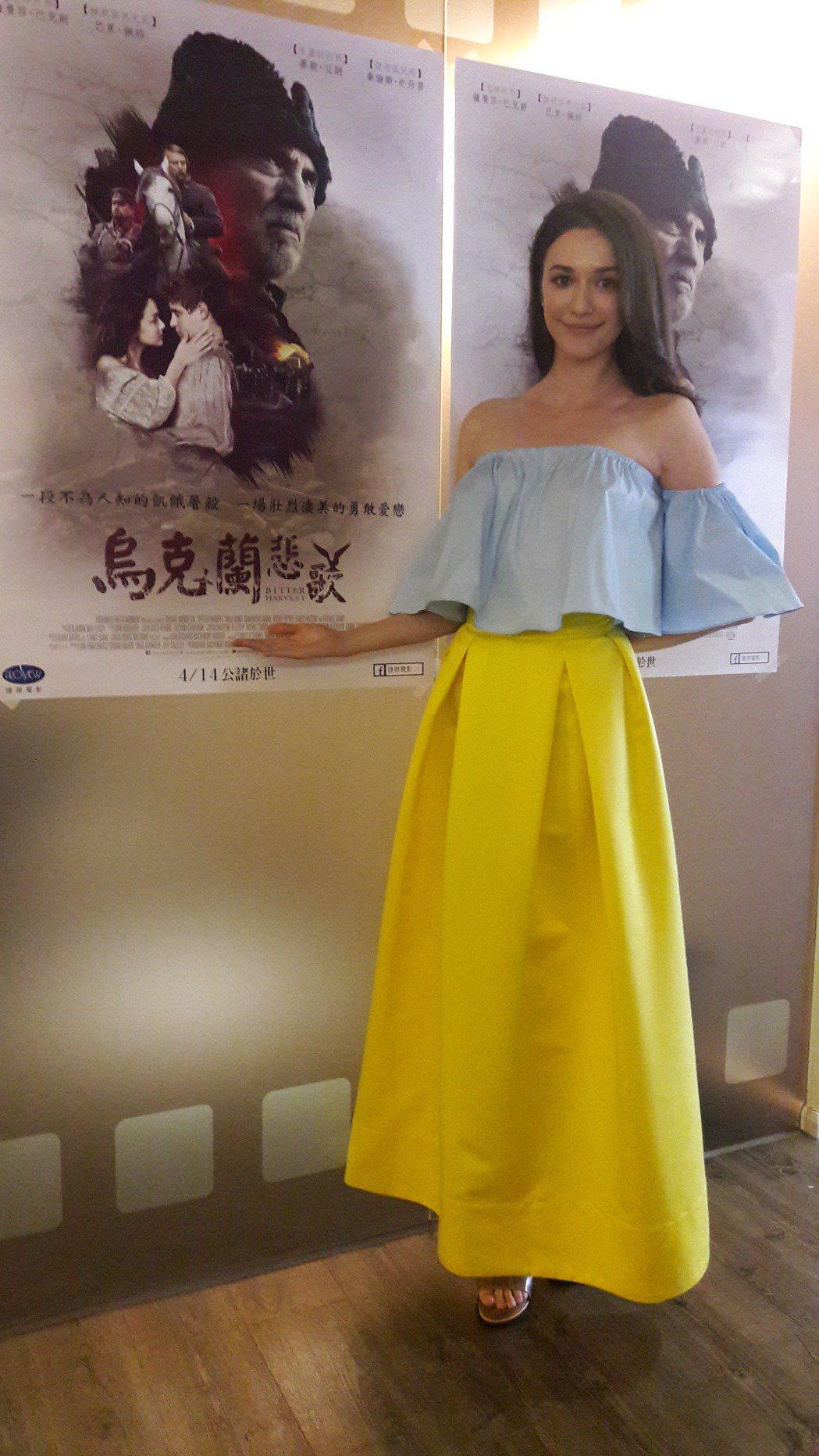 烏克蘭籍藝人瑞莎推薦新片「烏克蘭悲歌」,特地以祖國國旗顏色搭配服裝。記者童一寧/...