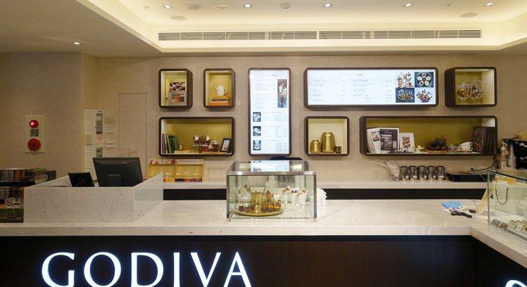 GODIVA生活形象店以深巧克力色、白色當作裝潢主色。圖/記者沈佩臻攝影