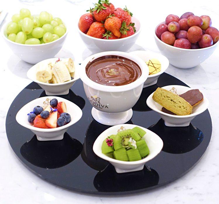 巧克力火鍋組附上巧克力酥餅、馬卡龍,可沾上熱巧克力醬品嘗。圖/記者沈佩臻攝影