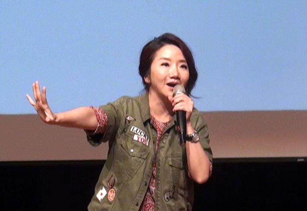 陶子的演講唱作俱佳,毫無冷場,她自曝婚宴當天被花藝店擺譜的住事,希望學生在職場,