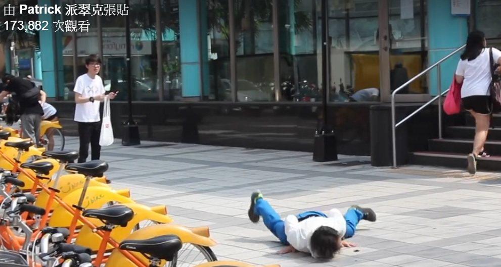 派翠克(左)拍「柯P跑」影片,不到24小時點擊率已破10萬。圖/摘自派翠克臉書
