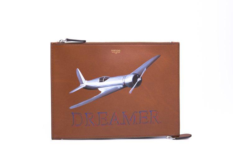 BERTONI咖啡飛機彩繪手拿包,25,800元。圖/LUHONG COUTUR...