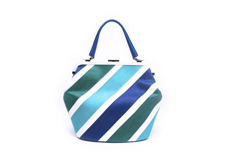 VENEZIANI藍綠斜紋蛇皮手提包,72,800元。圖/LUHONG COUT...