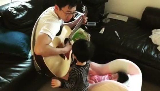 隋棠錄下老公對女兒彈琴唱歌、無視兒子的逗趣畫面。圖/截圖自臉書