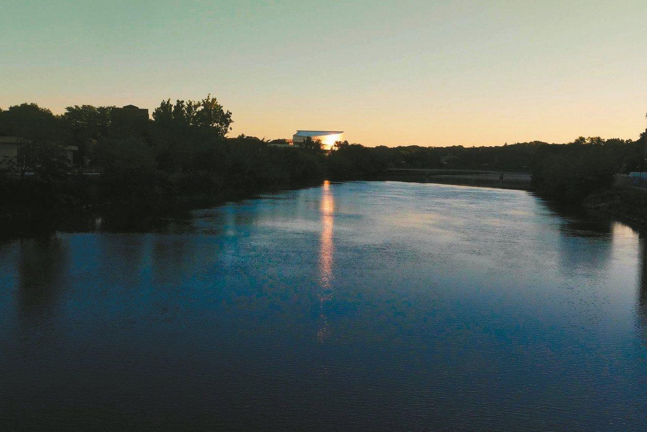 愛荷華大學校園雖不是舉世聞名,但多的是名建築師的手筆,加上四年前密西西比河氾濫,...