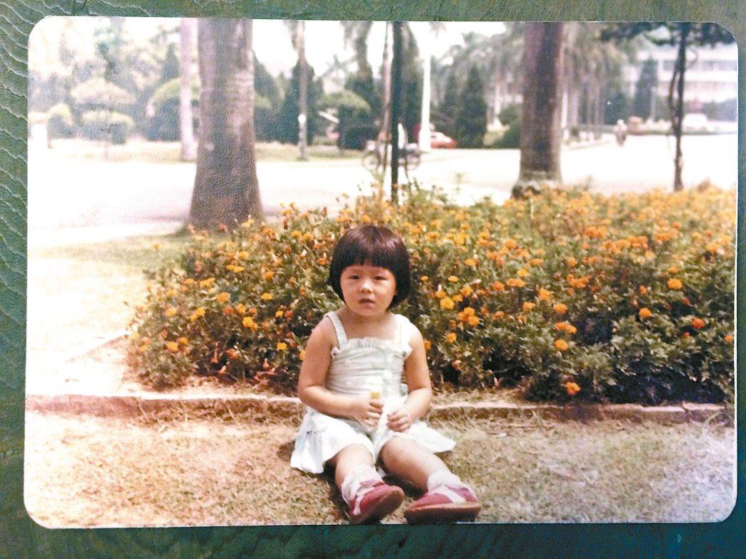 三歲大的劉梓潔,常去中興新村草坪玩耍。 劉梓潔/圖片提供