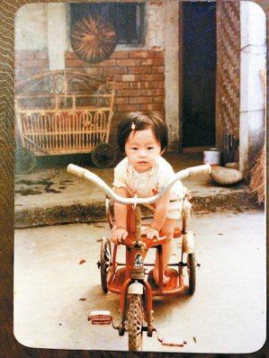 七個月大的劉梓潔,在田尾三合院老家。 劉梓潔/圖片提供