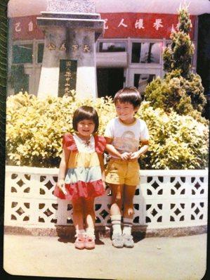 四歲大的劉梓潔(左),托兒所放學後到田尾鄉公所。 劉梓潔/圖片提供