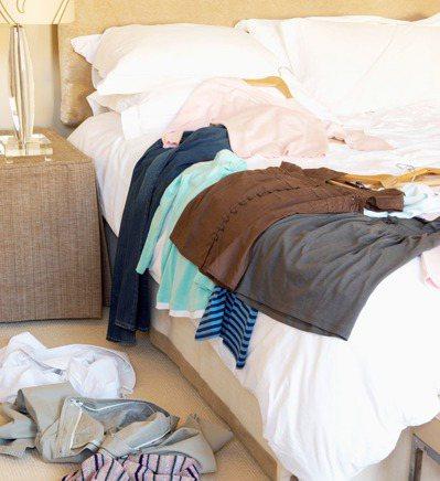 房間內雜物多,棉被床單不常換洗,再加上宿舍濕氣較重,容易滋生塵螨,可能因此長期將...