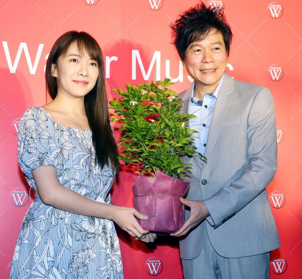洪榮宏(右)舉行新專輯發表會,並與歌壇新人林為音(左)合唱新曲「七里香」。記者侯...