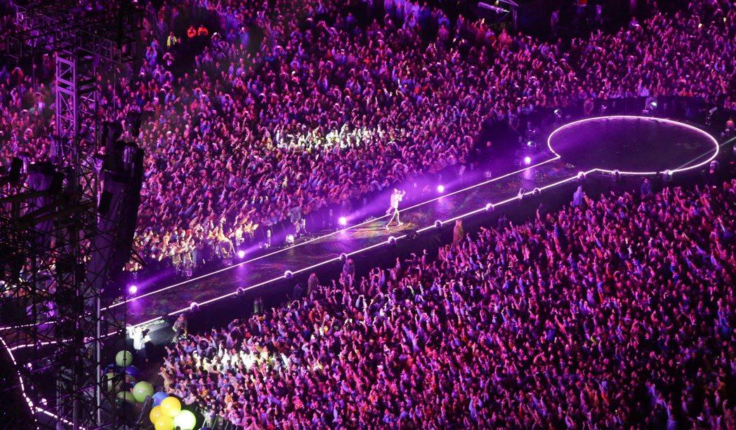 英國樂團酷玩今晚在桃園高鐵站前廣場開唱,現場擠滿四萬名歌迷,主唱克里斯馬汀(Ch...