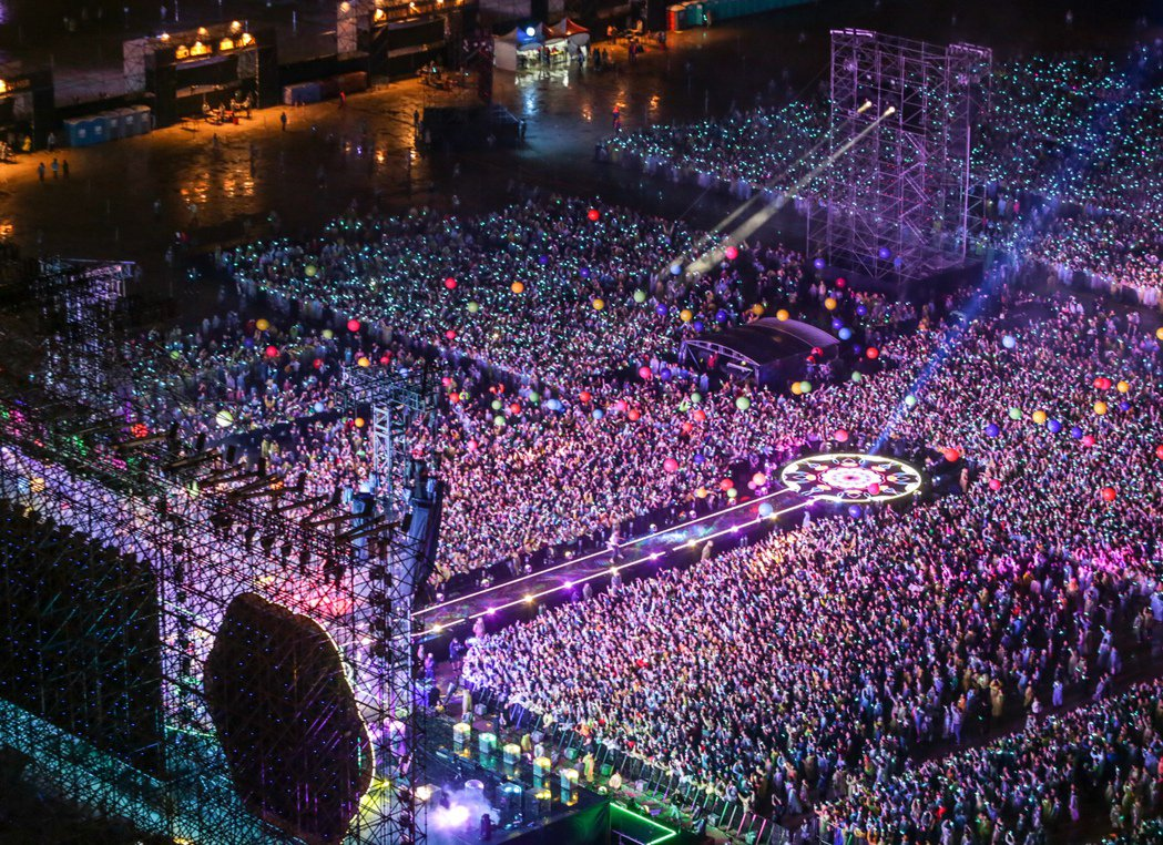 英國樂團酷玩今晚在桃園高鐵站前廣場開唱,現場擠滿四萬名歌迷。  記者程宜華/攝影