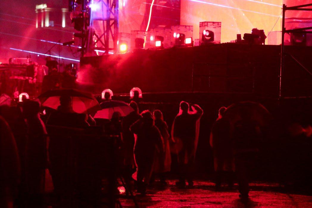 英國樂團酷玩今晚在桃園高鐵站前廣場開唱,晚間雖下起大雨,歌迷仍熱情不減。  記者...