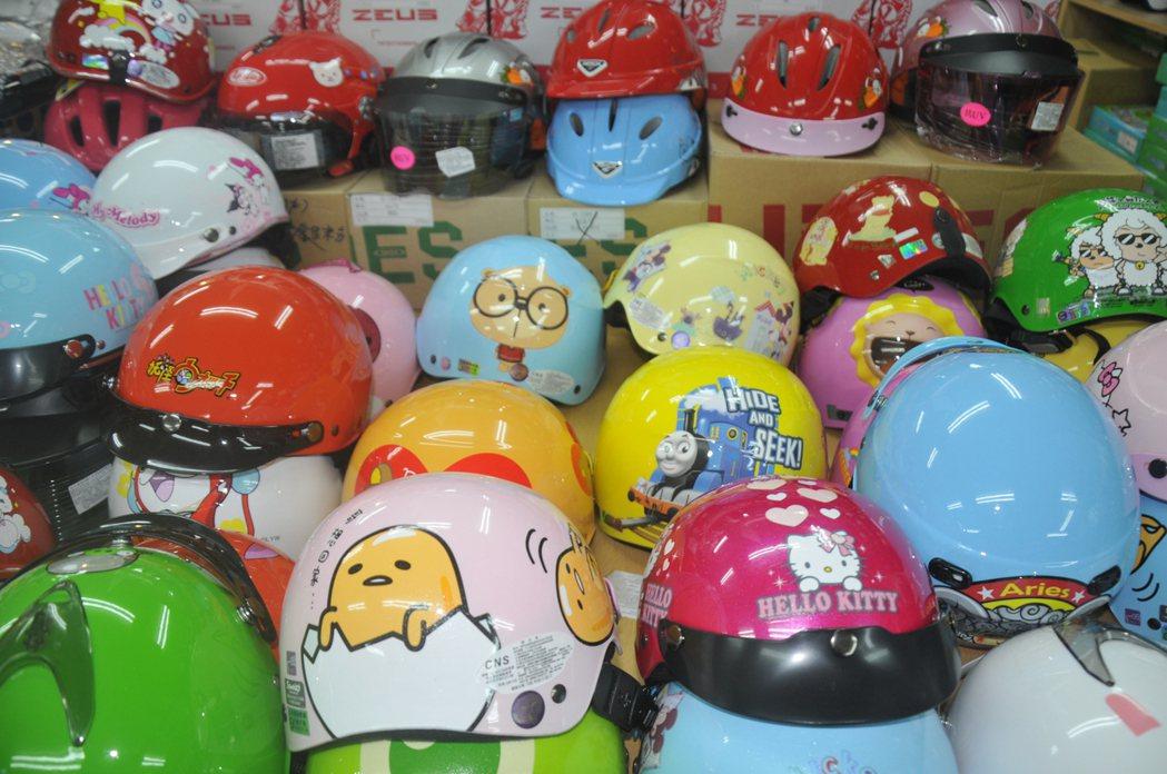 市面上安全帽種類琳瑯滿目,有的是卡通可愛造型,比較受小朋友喜愛。 記者游明煌/攝...
