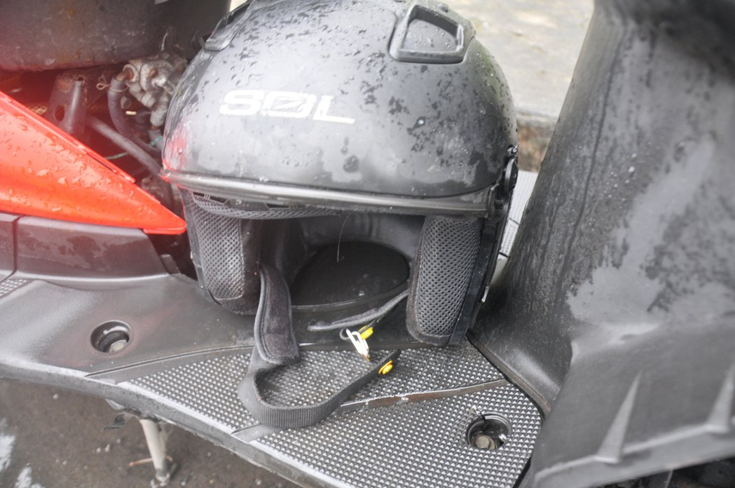 發生車禍的林姓高中生的安全帽是四分之三式,帽帶染有血跡。 記者游明煌/攝影