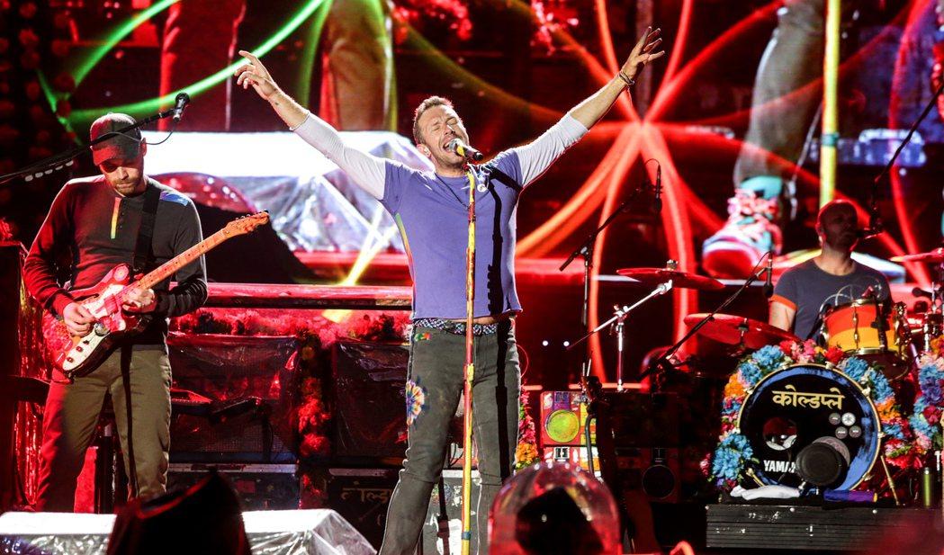 英國樂團酷玩(coldplay)今晚在桃園高鐵站前廣場開唱,吸引上萬粉絲到場。 ...