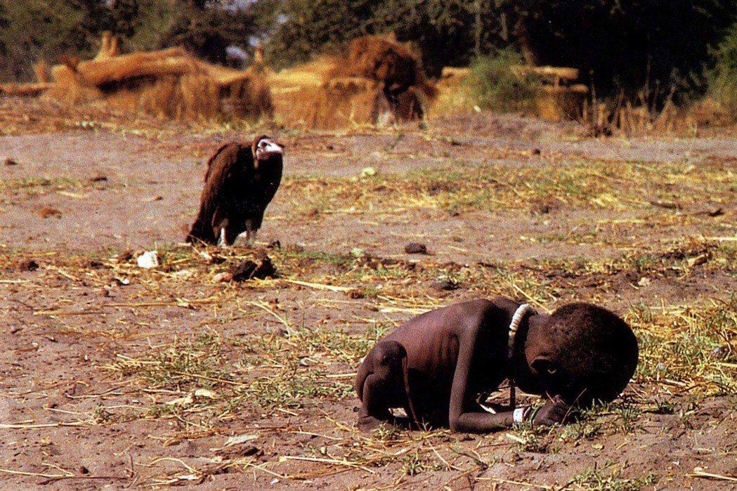 《禿鷹與小女孩》1994年普立茲新聞特寫攝影獎。 圖/翻攝自網路