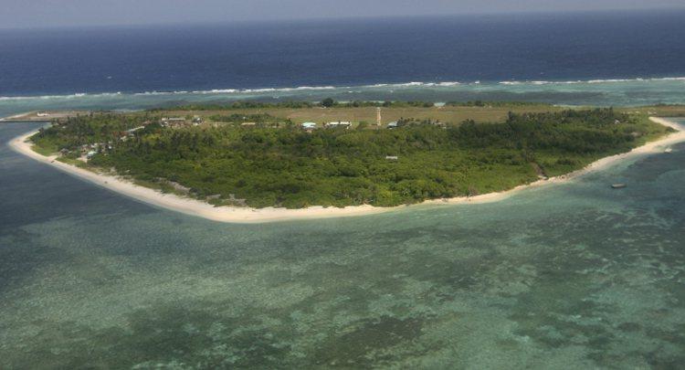 從飛機上遠望菲律賓在南海佔據的中業島。 美聯社