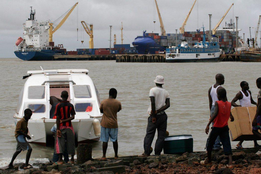 毒梟在幾內亞比索培養在地的集團下線,並利用沿海無人島的隱密機場,裝配巴西古柯鹼,...
