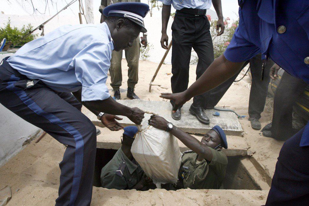 ECOWAS和各個國際單位合作,成立打擊跨境走私古柯鹼的執法力量,力圖打擊毒品販...