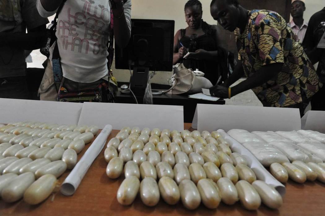 古柯鹼會被分散夾於行李、個人貼身物品,甚至貨運裡各種想像不到的商品中。 圖/法新...