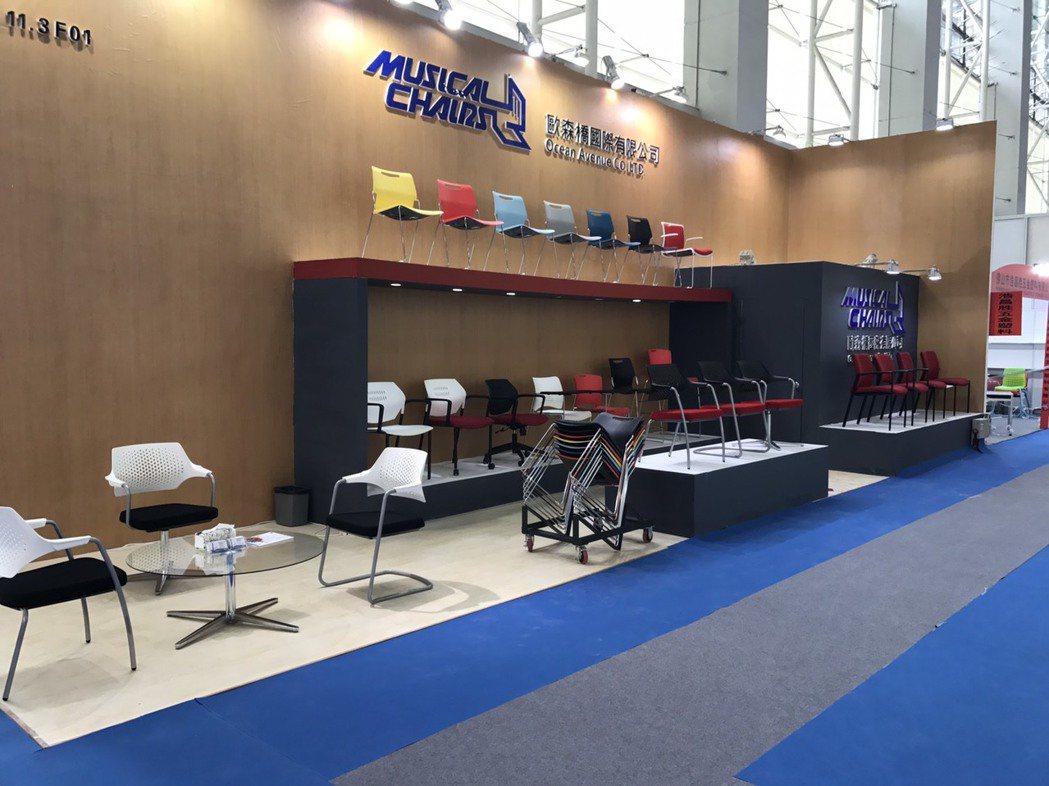 歐森橋公司參加國際性辦公家具展,行銷具設計美感、富有人體工學之堆垛椅產品。 歐森...