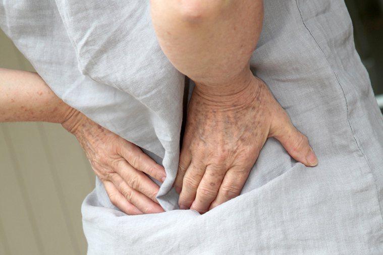 胰臟發炎的症狀通常有上腹劇痛、腰痠背痛、噁心嘔吐,嚴重的急性胰臟炎甚至會有其他併...