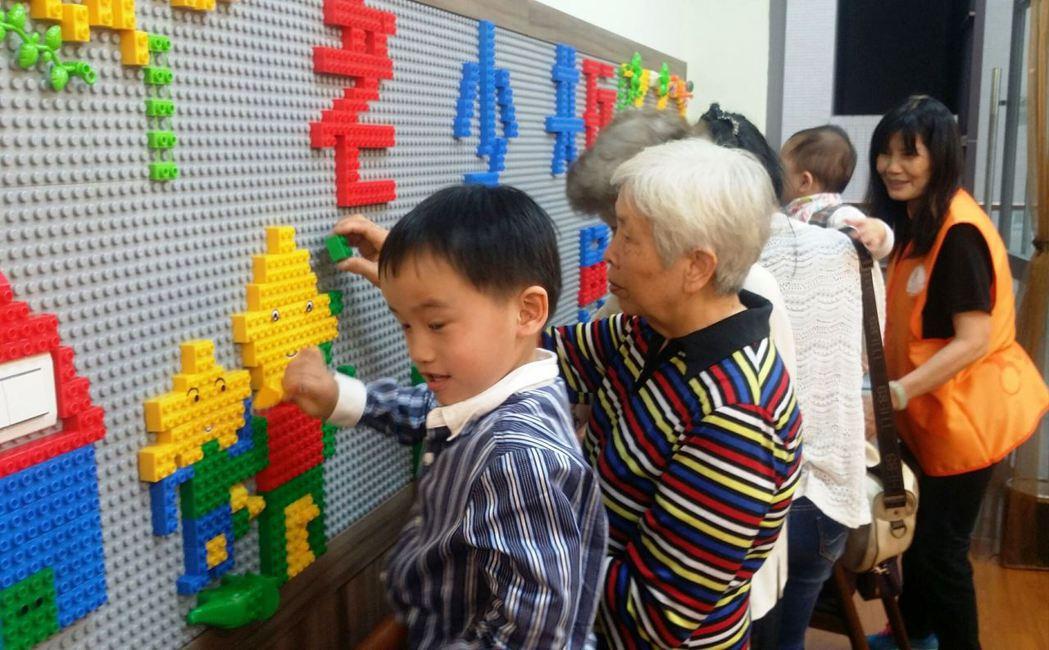 新北市三峽北大公共托育托老中心開幕,讓照顧長輩和小孩免煩惱。記者林麒瑋╱攝影