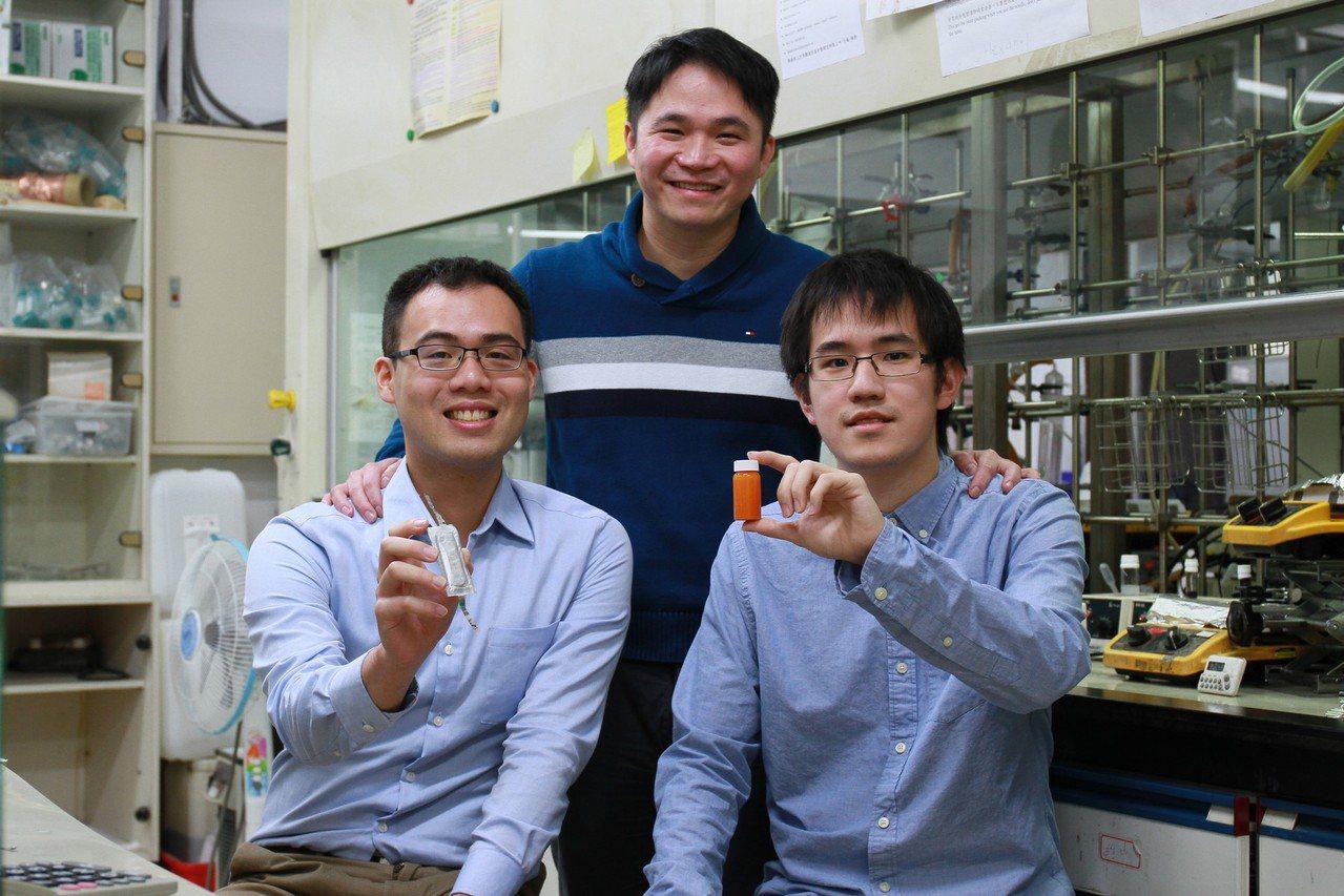 清華大學化工系教授段興宇(中)團隊研發出全新電池材料「摻碘的紅磷奈米粒子」。右為...