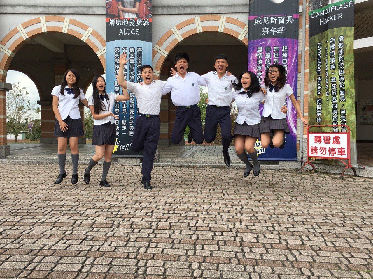雲林縣維多利亞實驗高中國際班今年10名應屆畢業生,有7名學生錄取全球百大大學,創...