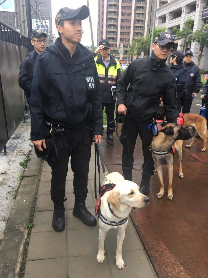 COLDPLAY今晚桃園開唱,警方高規格出動偵爆犬進行維安。記者呂筱蟬/攝影