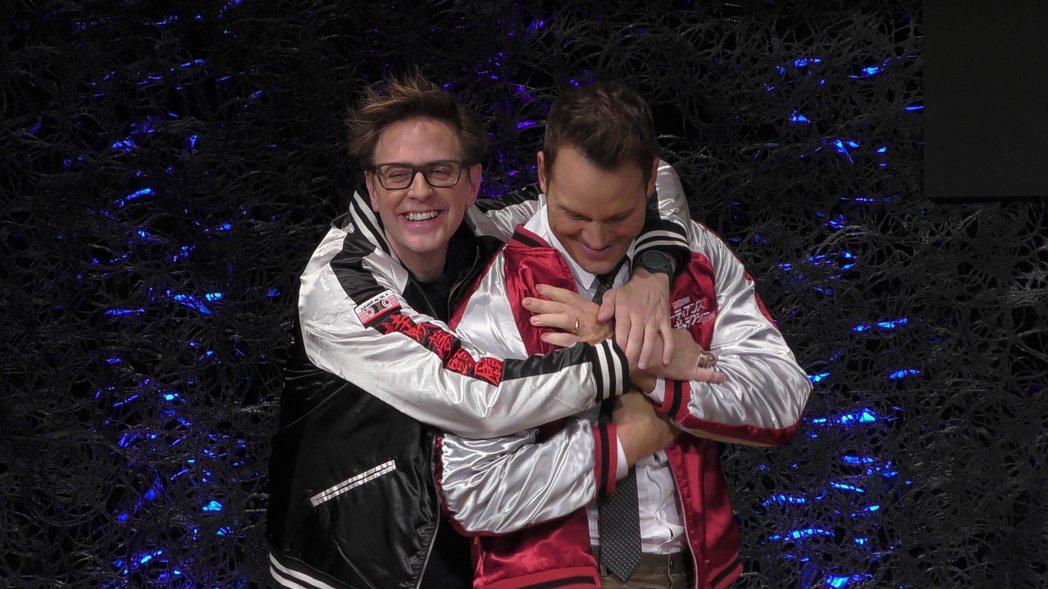 詹姆斯岡恩開心從後方抱起克里斯普萊特。圖/迪士尼提供