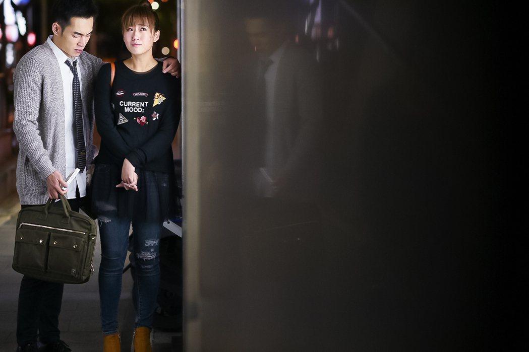 張書豪(左)與方志友離情依依。圖/TVBS提供