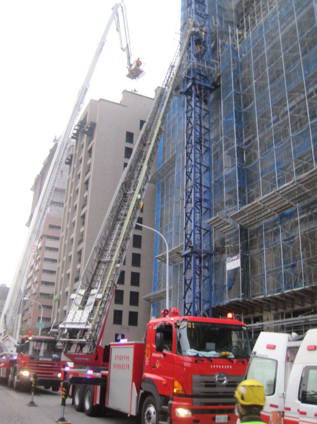 台中市今天下午發生大樓工地意外,一死二傷,雲梯消防車搶救。記者游振昇/攝影