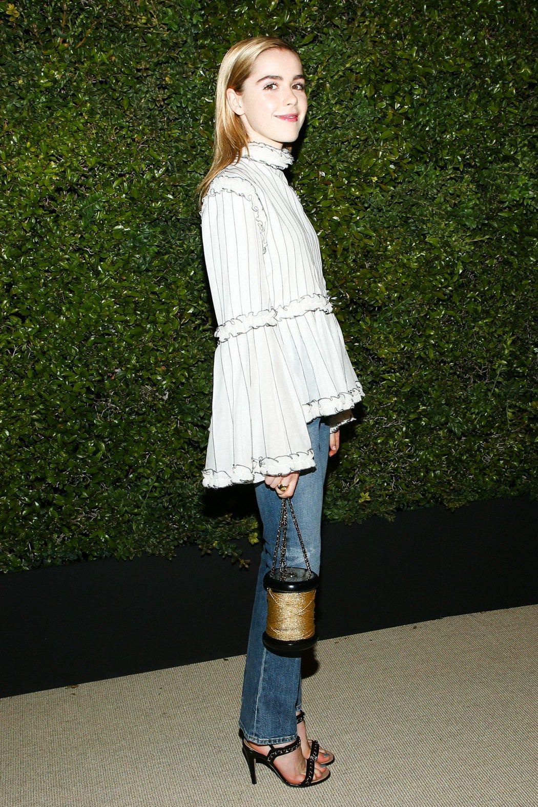 Kiernan Shipka穿著香奈兒2017春夏白色立體褶飾絲質上衣配香奈兒包
