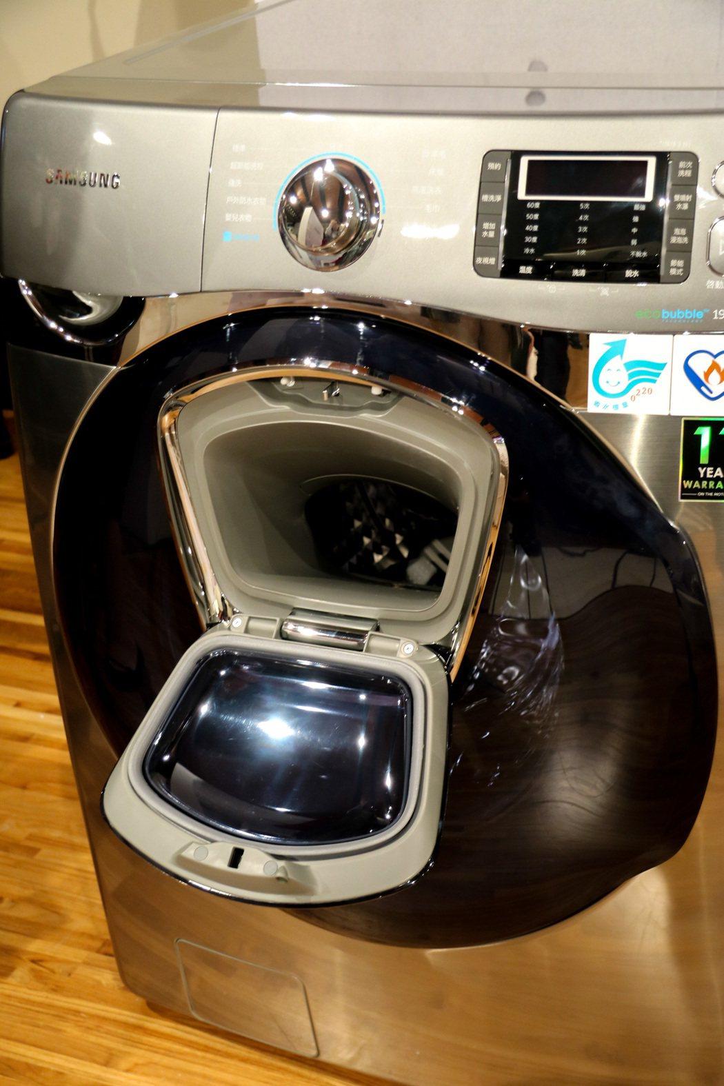 AddWash潔徑門洗衣機在外蓋上多了個小門,可臨時加入衣物。記者史榮恩/攝影