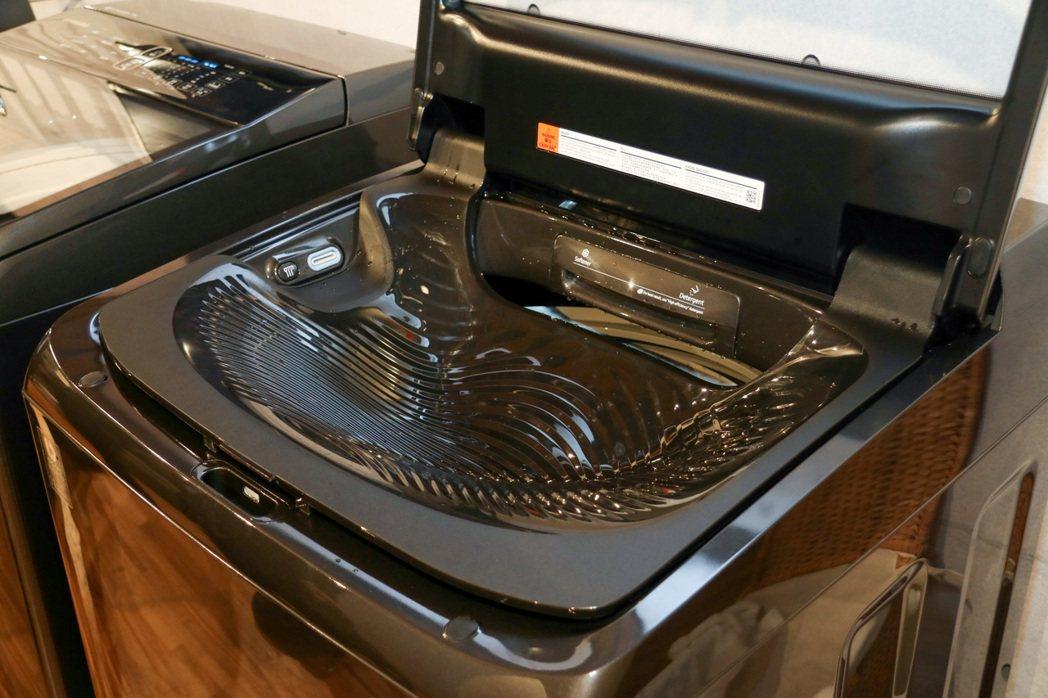 有如洗衣板的貝殼手洗槽的設計,可直接於此進行貼身衣物手洗或浸泡衣物。記者史榮恩/...
