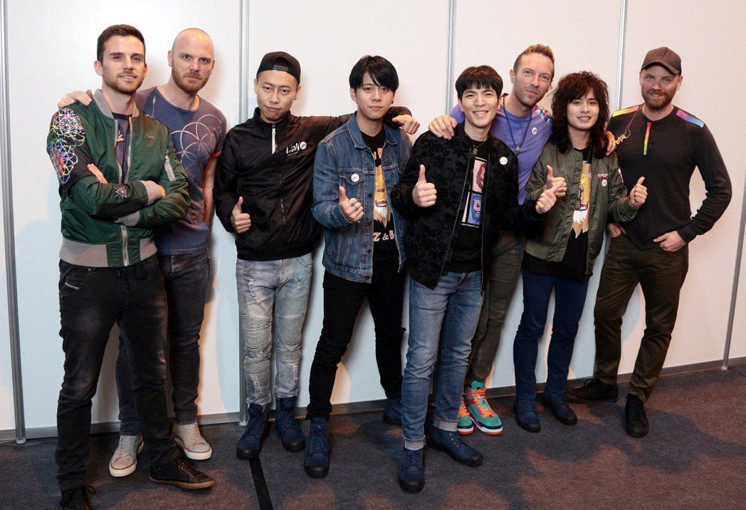 蕭敬騰(右四)率獅子合唱團探訪酷玩後台,還教馬汀(右三)說中文。圖/華納提供