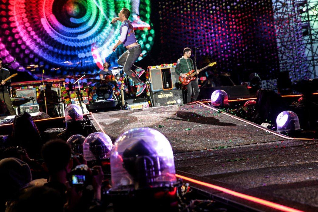 英國樂團酷玩今晚在桃園高鐵站前廣場開唱,主唱克里斯馬汀(Chris Martin...