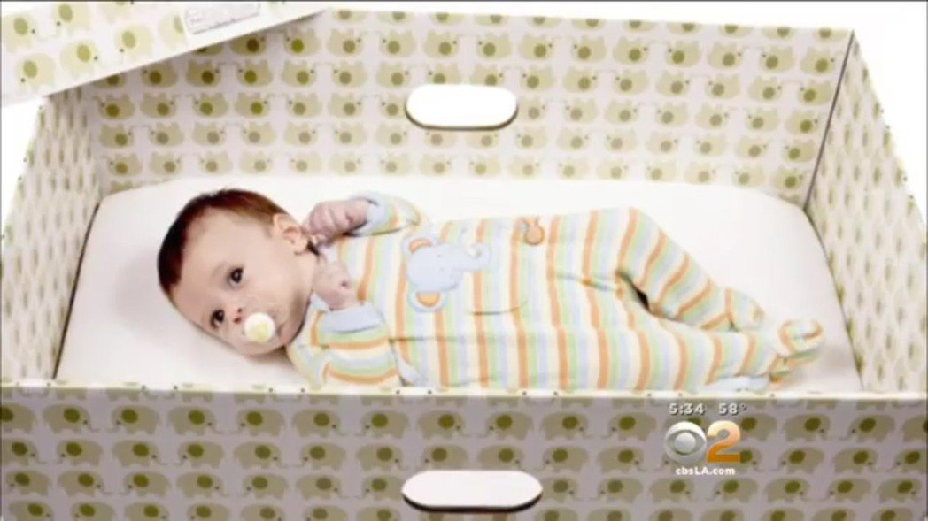 芬蘭嬰兒床。圖/翻攝自CBS Los Angeles YouTube